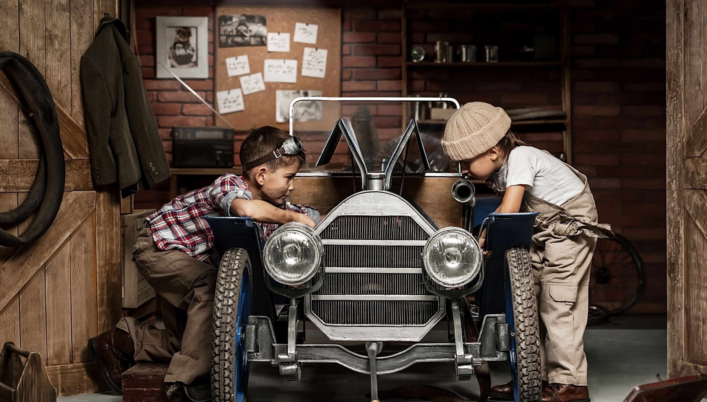 Kinder spielen Autowerkstatt